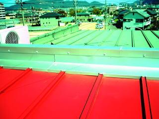増築部分、金属屋根からの雨漏り