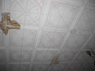 部屋の天井を見せていただき ました 雨漏りで染みができています