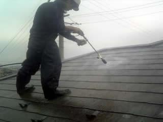 高圧洗浄で弱った塗膜と藻、カビをきれいに落としていきます